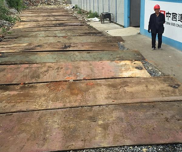某工地钢板铺路