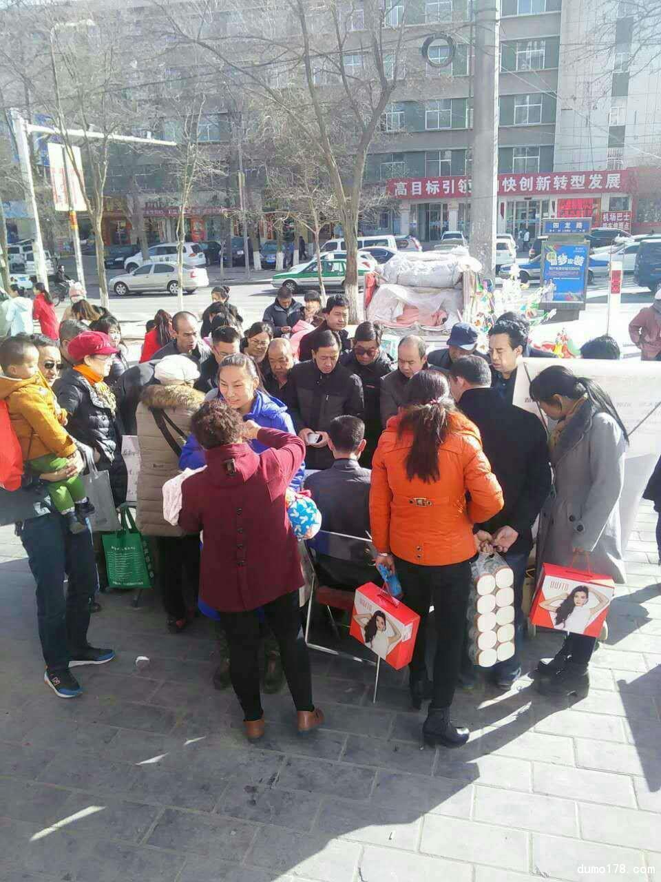 加盟商在小广场被围堵