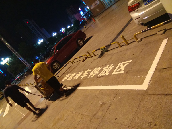 乐彩城非机动车位标线施工