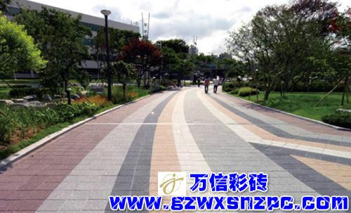 铺设完成的透水砖道路